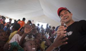 No dia 27 de maio de 2019 na Beira, Moçambique, o embaixador do Unicef Orlando Bloom visitou um espaço para crianças deslocadas pelos ciclones e que agora vivem no Centro de Acomodação Temporária Samora Machel.