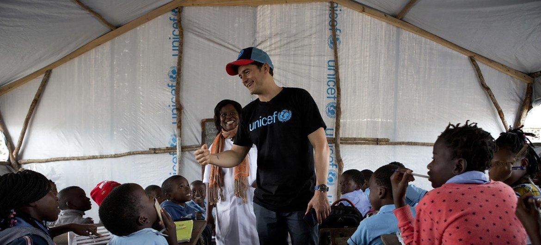 O embaixador do Unicef Orlando Bloom se encontrou com os alunos da Escola Primária de 12 de outubro, na Beira, em Moçambique.