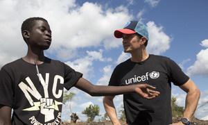 Orlando Bloom fala com Fernando Branguihoul, 19 anos, deslocado pelo impacto de ciclones recentes e agora vivendo no Local de Reassentamento Mutua, Moçambique.