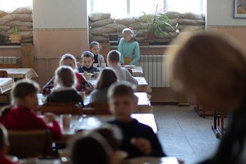 A Mariinka, dans l'Est de l'Ukraine, des exercices d'évacuation font partie du quotidien des écoliers.