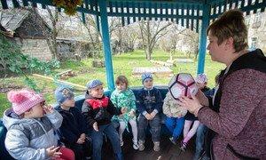 Дети ходят в детский сад, расположенный в здании школы в Новотошково - всего в двух километрах от линии соприкосновения, где боевые действия являются наиболее активными.