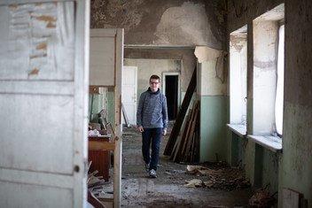 乌克兰东部小镇诺沃托什基夫斯克,一名14岁的男童站在已成废墟的教室里。