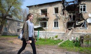 Dans l'est de l'Ukraine, Sonia, 14 ans, planifie ses promenades dans la petite ville bien à l'avance, car elle est toujours jonchée d'obus et de munitions non explosées.