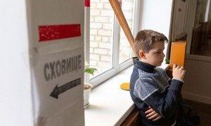 С начала конфликта школа в Мариинке дважды попадала под обстрел. Учебная тревога стала частью школьного расписания.. Детей учат быстро прятаться в укрытие.