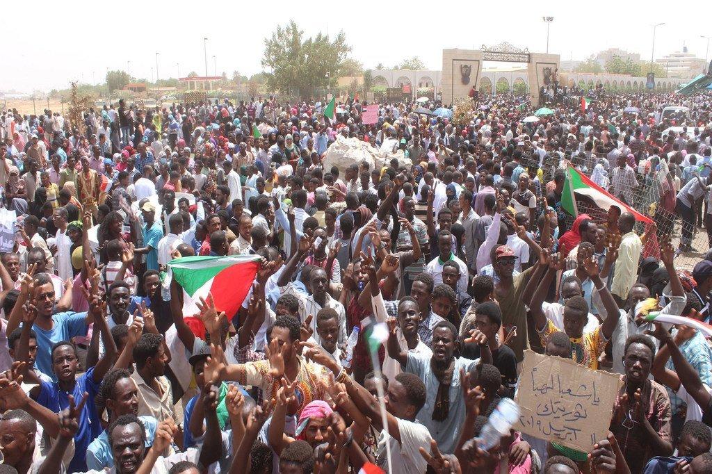 جانب من المتظاهرين المعتصمين أمام القيادة العامة لقوات الشعب المسلحة السودانية في العاصمة السودانية الخرطوم - (11 أبريل 2019)