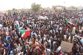 Демонстранты в столице Судана Хартуме требуют передачи власти гражданской администрации.