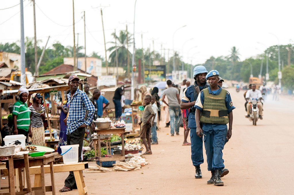 Des Casques servant au sein de la Mission des Nations Unies en République centrafricaine (MINUSCA) en patrouille à Bangui, la capitale (photo d'archives).
