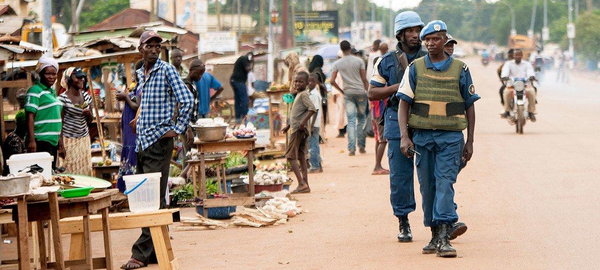 联合国中非稳定团的维和人员正在中非共和国首都班吉执行巡逻任务。