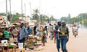 Des Casques servant au sein de la Mission des Nations Unies en République centrafricaine (MINUSCA) en patrouille à Bangui, la capitale (photo d'archives)..