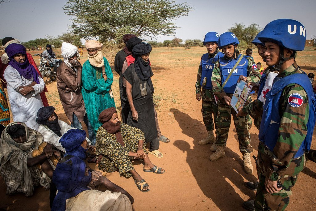 Des casques bleus cambodgiens de la mission de l'ONU au Mali (MINUSMA) sensibilisent des Maliens aux dangers des mines. L'ONU et l'Organisation internationale de la Francophonie veulent accroître les effectifs francophones dans les opérations de paix