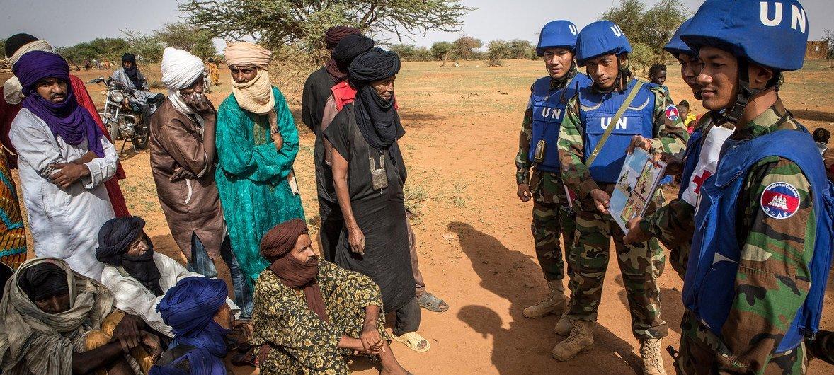 Membros da missão da ONU no Mali, Minusma, falando com a população em Gao, no norte do país