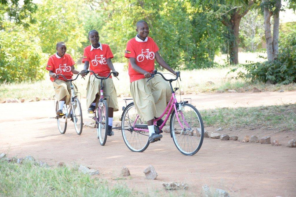 'Une fille, Un vélo', une initiative d'une organisation non gouvernementale en Tanzanie qui vise à fournir des bicyclettes aux écolières pour assurer leur mobilité à destination et en provenance de l'école.