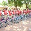"""مبادرة """"فتاة ودراجة"""" تنفذها منظمة غير حكومية في تنزانيا لتوفير الدراجات للطالبات لتيسير حركتهن من وإلى المدرسة."""