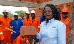 Winnie Kakunta est responsable du développement des PME au service des relations communautaires de Barrick Lumwana Mining. L'entreprise s'est associée au Zambia Green Jobs Programme dirigé par l'OIT pour construire des logements avec des matériaux locaux