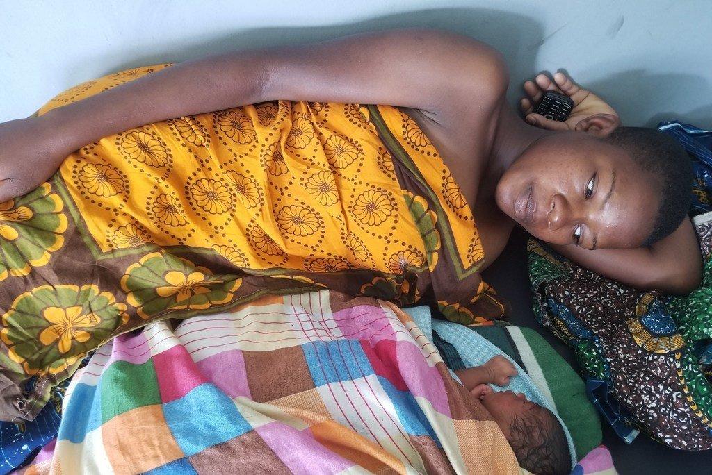在坦桑尼亚,桑吉(Sunge)在分娩时出现并发症。 很幸运,她能够一个新装修和配备齐全的医疗设施中获得高质量的救生护理。