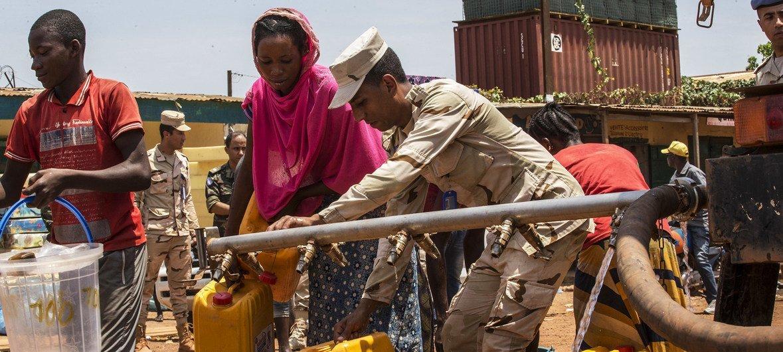 Soldado de paz egípcio da missão da ONU na República Centro-Africana, Minusca, ajuda a distribuir água na capital Bangui.