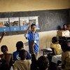 Um membro da equipe civil da ONU explica o mandato da missão de manutenção da paz, Minusma, para estudantes em Bamako, no Mali.