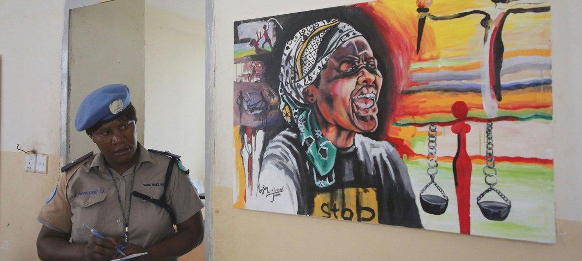 Une Casque bleue à une exposition à Juba, au Soudan du Sud, sur la violence sexuelle et sexiste.