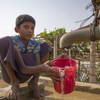 طفل لاجئ يقوم بجمع المياه عند نقطة ماء في مخيم كوتوبالونج للاجئين، بنغلاديش