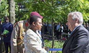 """Генеральный секретарь ООН Антониу Гутерриш с вдовой рядового Читете, который был удостоен медали """"За исключительную отвагу"""". Миротворцец из Малави погиб, спасая жизнь товарища."""