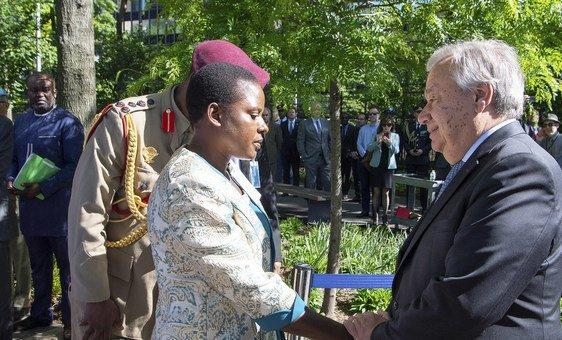 O Secretário-Geral da ONU cumprimenta Lachel Chitete Mwenechanya, a viúva do soldado Chancy Chitete, ex-agente da paz da ONU, do Maláui.
