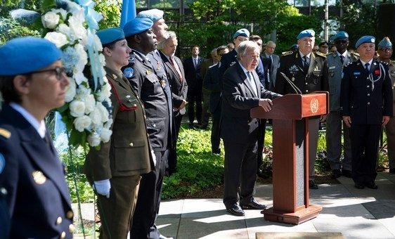 El Secretario General António Guterres (en el estrado) hace uso de la palabra durante la ceremonia en homenaje al personal de mantenimiento de la paz caído en conmemoración del Día Internacional del Personal de Paz de la ONU.