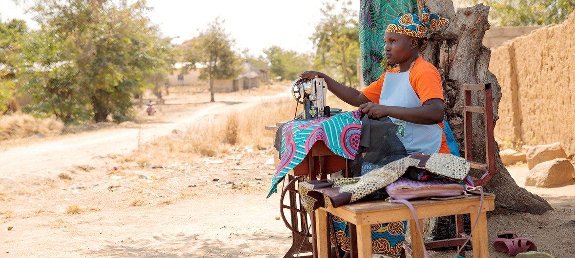 22岁的Marie-Noelle是一名有三个孩子的单身母亲,她也是性暴力和基于性别的暴力的幸存者。 她参加了喀麦隆的一个地方妇女协会,受益于这个协会的妇女经济赋权工作。