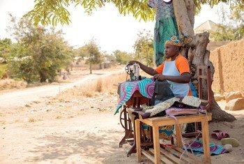 Marie-Noelle mwenye miaka 22, mjane mwenye watoto watatu na manusura wa ukatili wa kingono DRC, ni mmoja wa wanajumuiya wa umoja wa kina mama wa Mokolo kikundi kinachowasaidia wanawake na kuwawezesha.