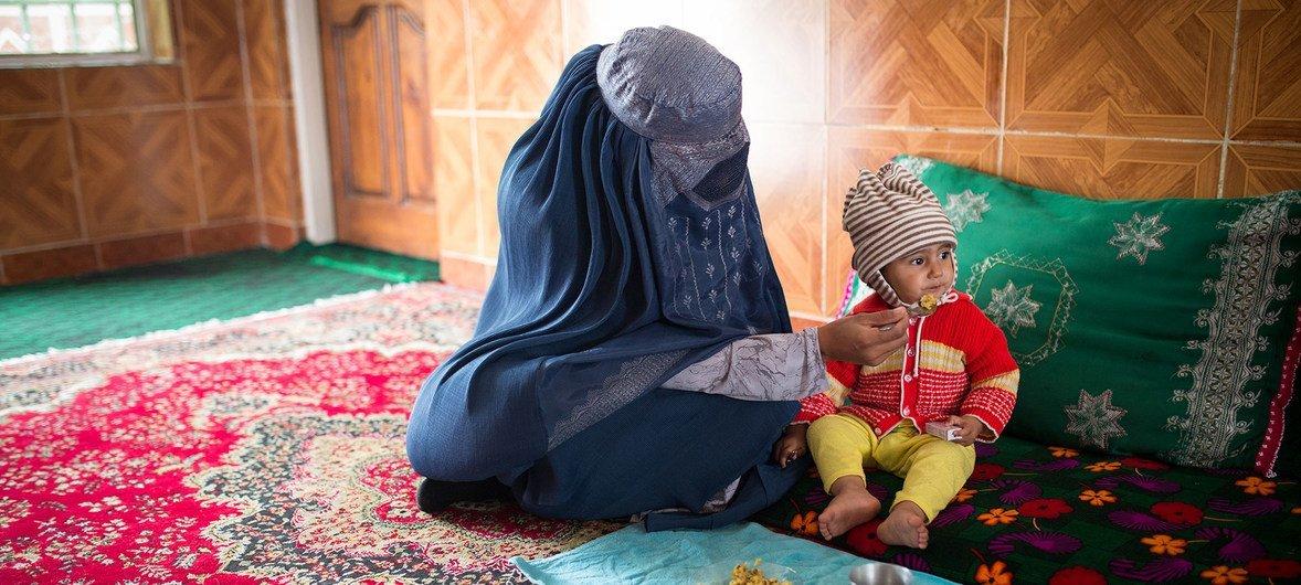 यूनीसेफ़ अफ़ग़ानिस्तान में नरगस जैसी महिलाओं को मदद मुहैया करा रहा है ताकि उसकी 15 महीने की बच्ची आरज़ू भी कुपोषित बच्चों में शामिल ना हो जाए.