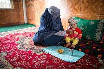ЮНИСЕФ помогает спасти от голода и истощения юную жительницу Афганистана - 15-месячную Арзо.