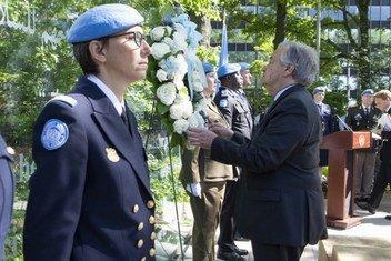 António Guterres deposita uma coroa de flores em homenagem aos soldados da paz falecidos em serviço.