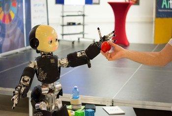 Один из экспонатов на выставке робототехники и систем искусственного интеллекта в Женеве