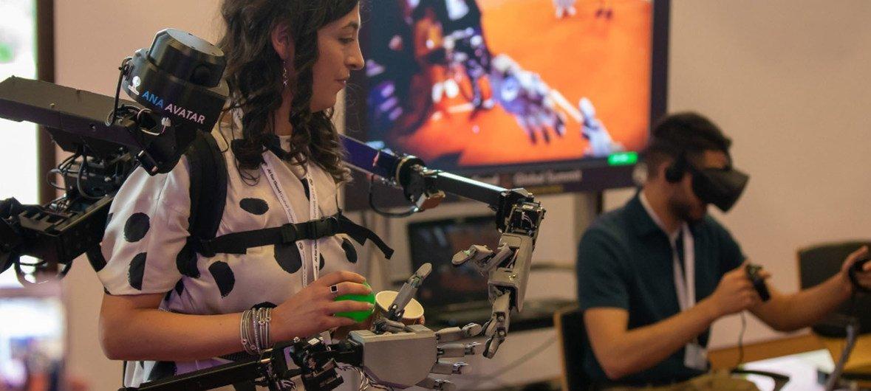 Una mujer demuestra como funciona una aplicación de inteligencia artificial en robótica durante una conferencia en Ginebra.