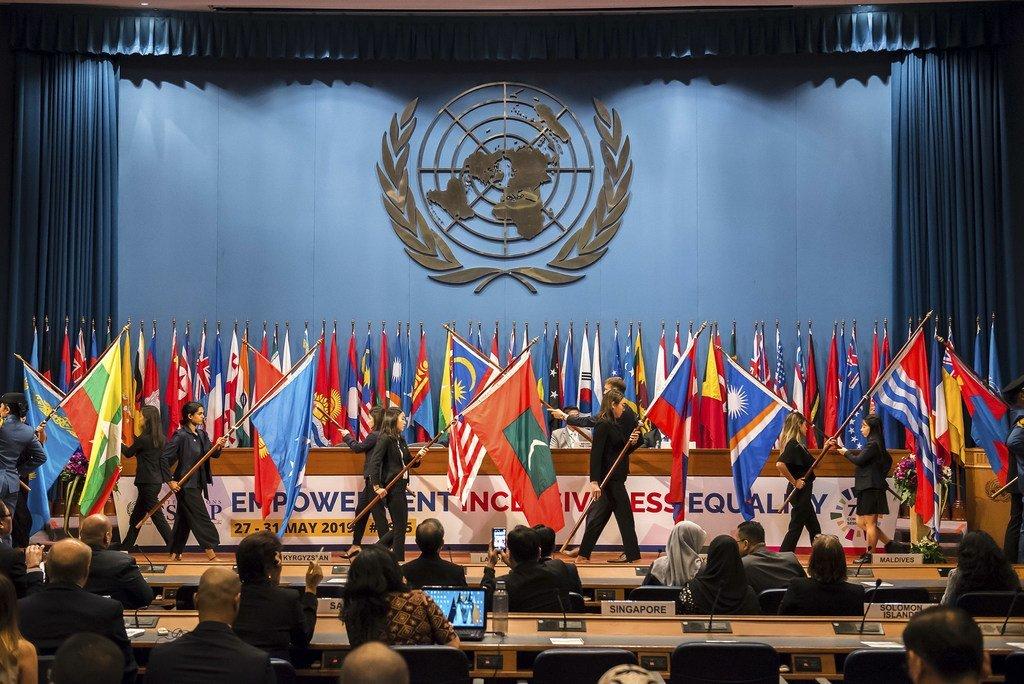 Le traditionnel défilé de drapeaux a lieu lors de l'ouverture de la soixante-quinzième session de la Commission économique et sociale des Nations Unies pour l'Asie et le Pacifique, à Bangkok, en Thaïlande. (29 mai 2019)