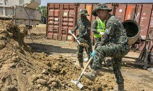 दक्षिण सूडान के परिवहन तंत्र के पुनर्निर्माण में सहयोग देते दक्षिण कोरिया के इंजीनियर.