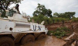 दक्षिण सूडान में बारिश के मौसम में कीचड़ में फंसा यूएन वाहन.