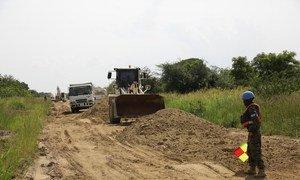 परिवहन ढांचे को बहाल करने के लिए भारी साज़ोसामान वाले वाहनों को भी इस्तेमाल में लाया जाता है.