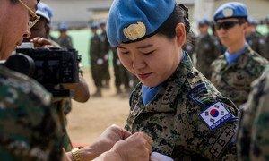 दक्षिण कोरिया की एक महिला शांतिरक्षक को एक समारोह में मेडल दिया गया.