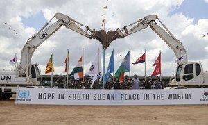 दक्षिण सूडान में परेड समारोह के दौरान सजावट के लिए सृजनात्मकता का सहारा लिया गया.