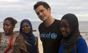 Orlando Bloom, ator e embaixador da Boa Vontade do Unicef com ativistas voluntários jovens na Beira, em Moçambique.