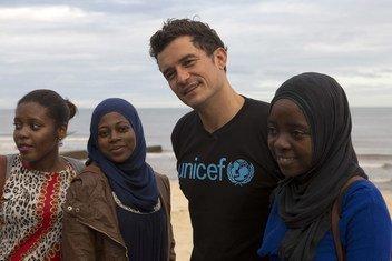 El actor Orlando Bloom junto a activistas en Beira, Mozambique.
