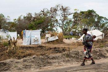 बेयरा शहर के बाहर पुनर्वास केंद्र के पास अपने बच्चे को ले जाती एक महिला.