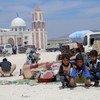 Depois de passar muitos dias ao relento, as famílias que fogem dos conflitos são abrigadas em tendas coletivas fornecidas pelo Crescente Vermelho Turco, na Síria