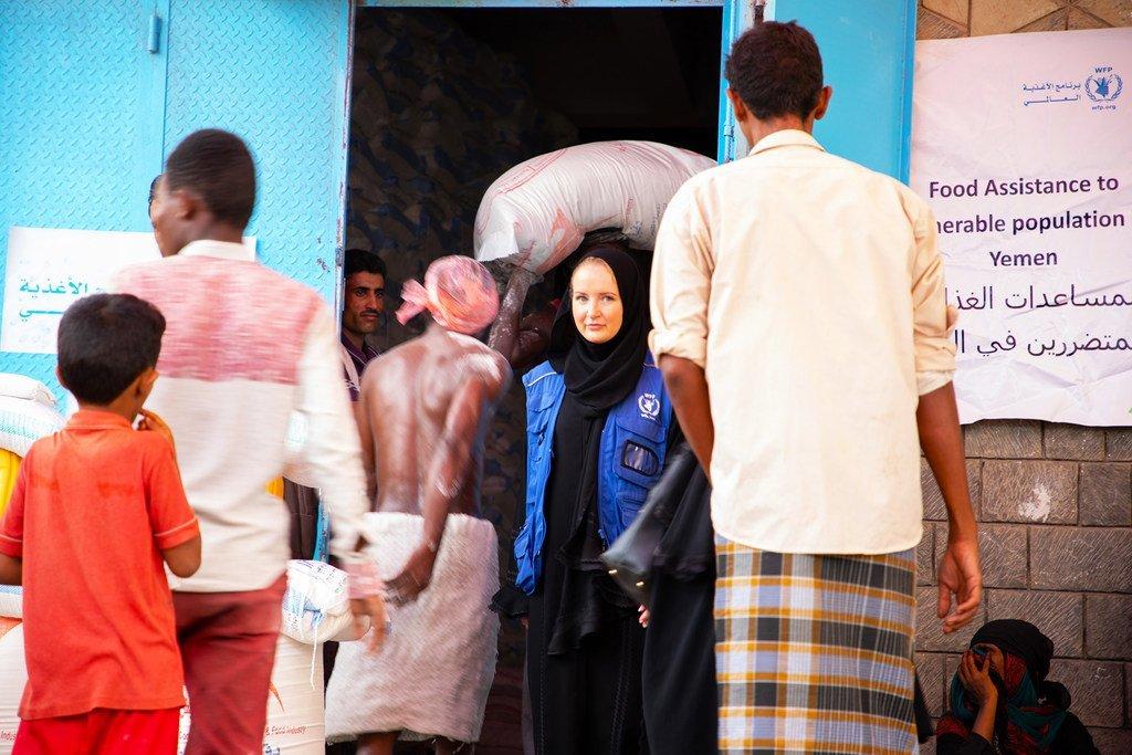Des Yéménites dans la ville portuaire d'Hodeïda ont reçu des bons par le Programme alimentaire mondial qu'ils peuvent échanger contre de la nourriture (mars 2019).