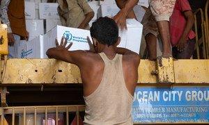 Des rations sont distribuées par le Programme alimentaire mondial à des familles déplacées à Hodeïda, au Yémen, en mars 2019.