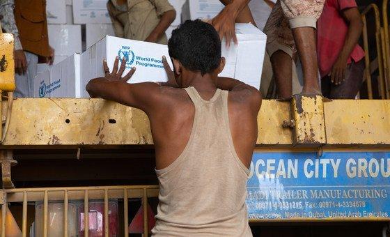 PMA distribui alimentos no bairro de Bajil, em Hodeida
