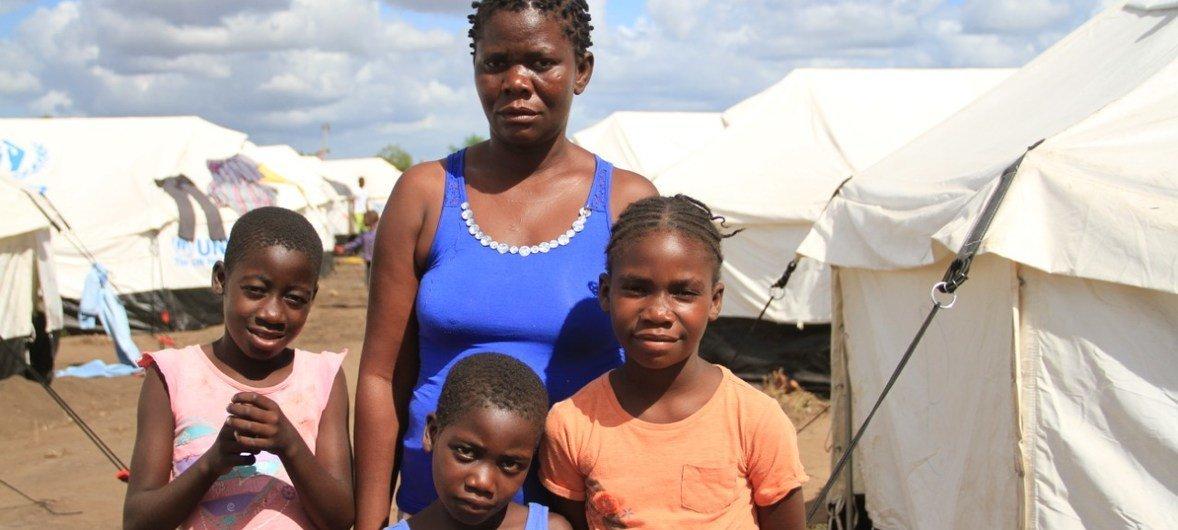 Beatriz Carimu Cassamo y sus hijos son unos de los miles de desplazados por el ciclón Idai en Mozambique