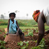 Paulita Cabral, com a filha, cultiva legumes que usa para comer e vender