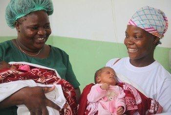 Mkunga Adelaide Raul kutoka Msumbiji akifurahi na mama baada ya kumzalisha watoto mapacha