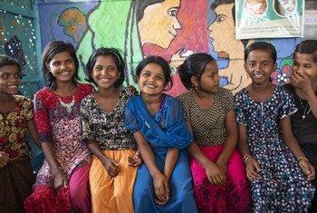 孟加拉国的库图帕朗难民营,来自缅甸的罗兴亚难民女童正在参加由难民署组织的社会心理技能讲座。